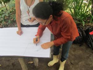 A agricultora Isabel, registra seus sistemas de produção na atividade prática