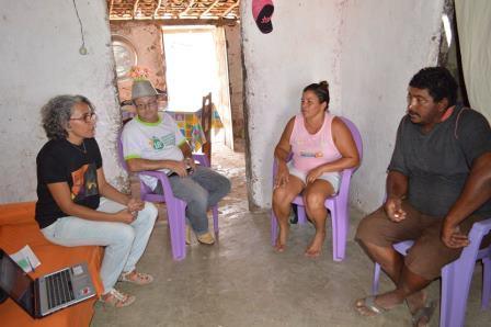 Pesquisadora Iva Melo em momento de entrevista com as famílias agricultoras   Foto: Daniela Bento