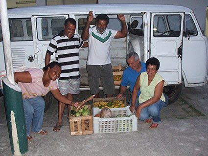 Agricultores entregando produtos no Colégio Estadual Professor Teófilo Moreira