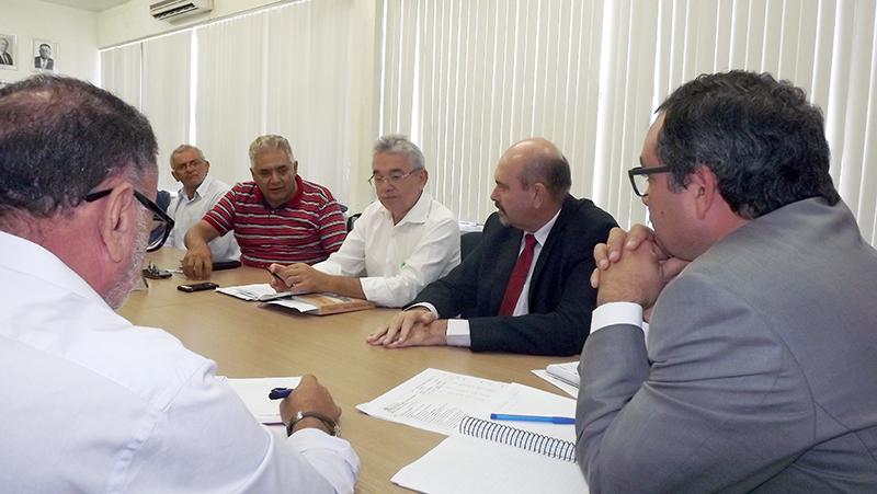 Secretário Rômulo Montenegro e deputado Jeová Campos ouviram as reividicações dos agricultores