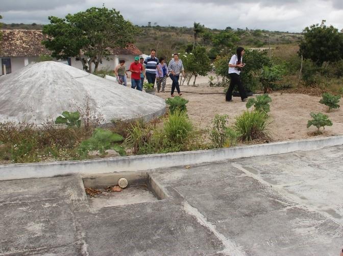 """Cisternas de placa da casa do Seu Niva, conhecida como """"calçadão"""", que é um reservatório que armazena água da chuva para utilização nos oito meses de período mais crítico de estiagem na região."""